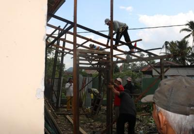 Gotong Royong Tukang Nagari Dalam Pembangunan Kantor Wali Nagari Taram